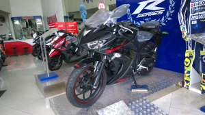 R25 Hitam di dealer Yamaha  daerah Meruya yang gw lupa namanya